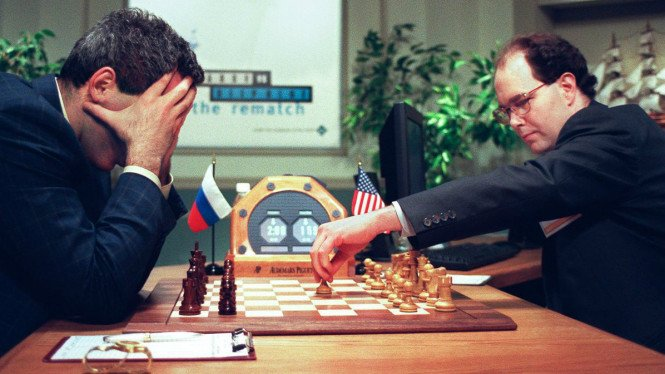 Pertandingan catur antara manusia dan komputer.
