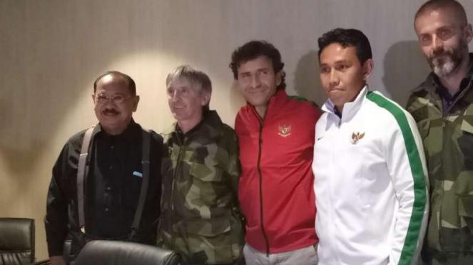 Bima Sakti (jaket putih) bersama pelatih timnas Indonesia, Luis Milla