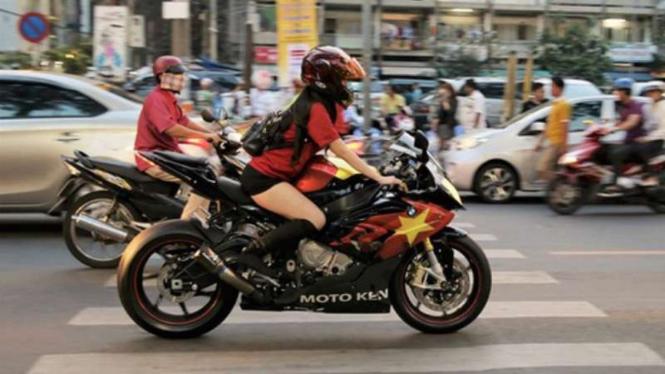 Nguyen bersama motornya.