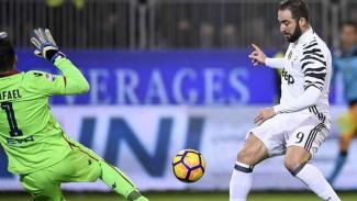Striker Juventus, Gonzalo Higuain mencetak gol ke gawang Cagliari