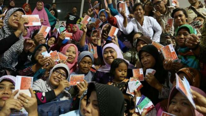 Menteri Sosial Khofifah Indar Parawansa berfoto dengan para penerima manfaat bantuan pangan nontunai di Gelora Bung Tomo Surabaya, Jawa Timur, pada Minggu, 12 Februari 2017.