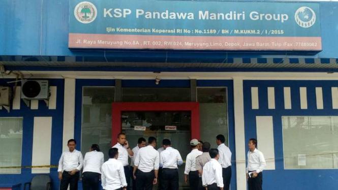 Penyidik Polda Metro Jaya saat menggeledah kantor koperasi simpan pinjam Pandawa Mandiri Group, di Kecamatan Limo, Depok, Jawa Barat, pada Senin, 13 Februari 2017.