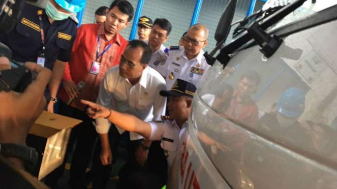 Menhub Budi Karya Sumadi saat uji KIR di PT Hibaindo Armada Motor, Cakung.