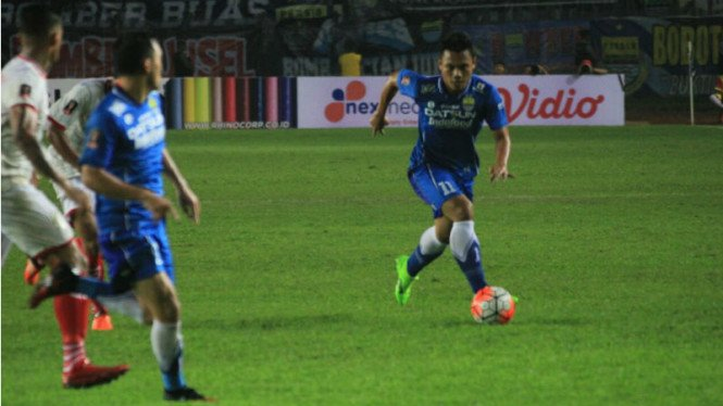 Gelandang Persib Bandung, Dedi Kusnandar (kanan)