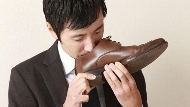 Mencium bau sepatu.