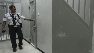 Ilustrasi-Petugas keamanan menunjukkan kondisi sel di gedung baru KPK