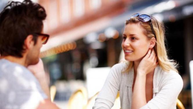Ilustrasi wanita berbohong di depan pasangannya.