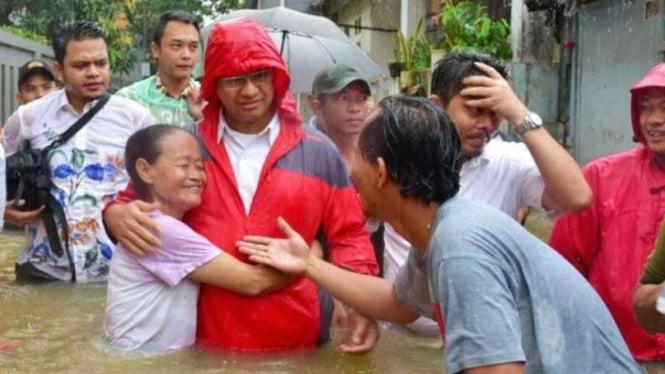 Calon Gubernur DKI Jakarta Anies Baswedan, pantau banjir di Cipinang Melayu, Makasar, Jakarta Timur, Senin, 20 Februari 2017.