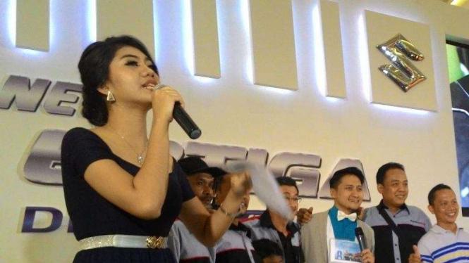 Nares dan Arie Untung saat peluncuran Ertiga Diesel Hybrid di Surabaya
