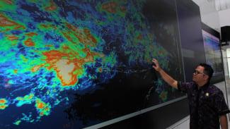 Monitor prakiraan cuaca di kantor BMKG.