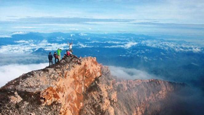 Gunung Kerinci di Jambi.
