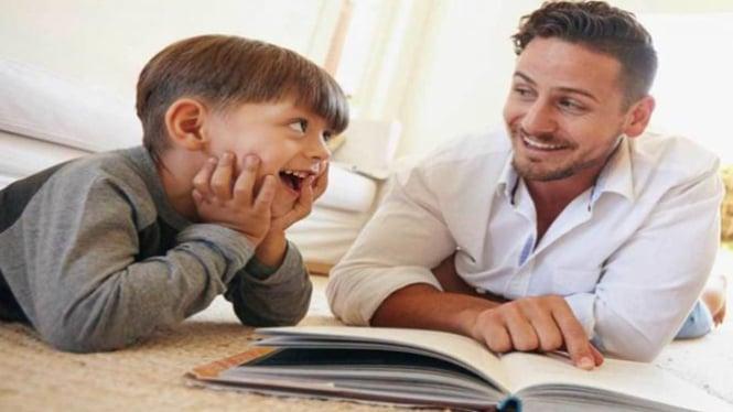 Ayah ajari anak membaca.
