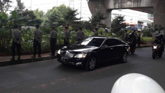 https://thumb.viva.co.id/media/frontend/thumbs3/2017/03/03/58b9149621fda-mobil-presiden-ri-tiba-di-penginapan-raja-salman-di-hotel-rafles-jakarta_325_183.jpg