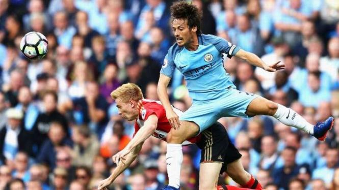Gelandang Manchester City, David Silva (kostim biru muda)