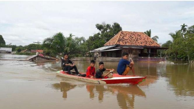 Anak-anak desa di Kabupaten Musi Banyuasin Sumatera Selatan yang terdampak bencana banjir, Selasa (7/3/2017)