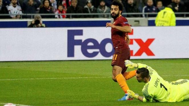 Winger AS Roma, Mohamed Salah, mencetak gol ke gawang Olympique Lyon