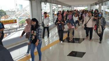 Jembatan Penyeberangan Orang antar-peron di Stasiun Tanah Abang, Jakarta Pusat.