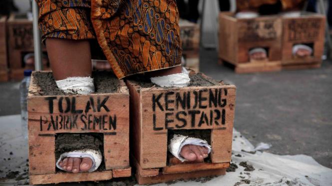 Para petani Kendeng Jawa Tengah menggelar aksi protes menolak pendirian pabrik semen di daerah mereka, baru-baru ini.