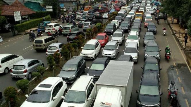 Kemacetan di Jalan Margonda Raya akibat truk mogok
