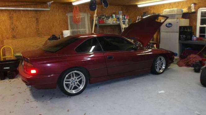 Mobil yang terparkir di dalam garasi.
