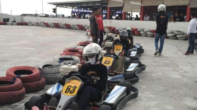 Komunitas BMW belajar balapan Gokart di Jakarta, 25 Maret 2017.