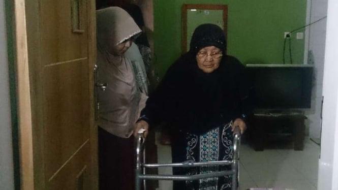 Siti Ruhayah alias Amih (kanan), ibu yang digugat hukum oleh anaknya, memeriksakan kesehatannya di RSUD dr Slamet, Garut, Jawa Barat, pada Senin, 27 Maret 2017.