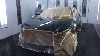 Proses pengecatan mobil di bengkel Mercedes-Benz.