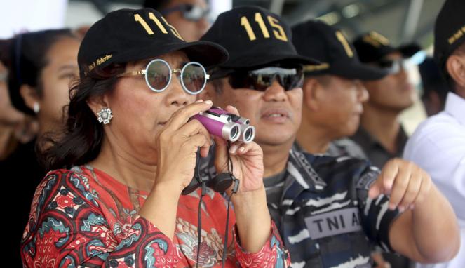 Menteri Susi (kiri) Pantau Penenggelaman Kapal di Ambon.
