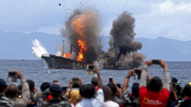 Penenggelaman kapal pencuri ikan di perairan laut Maluku oleh Kementerian Kelautan dan Perikanan.
