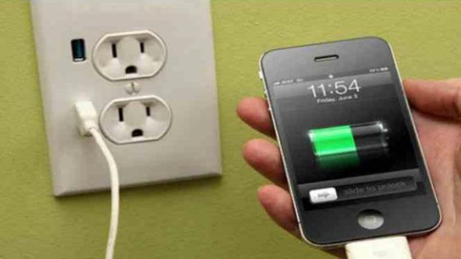 Mengisi daya baterai ponsel.