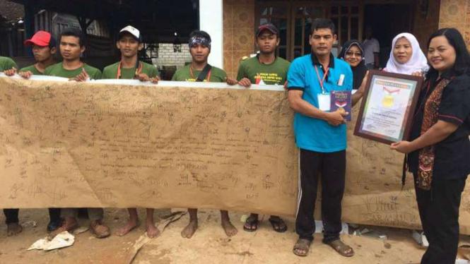 Warga Kabupaten Rembang, Jawa Tengah, menulis surat menggunakan kertas semen untuk Presiden Joko Widodo pada Jumat, 7 April 2017.