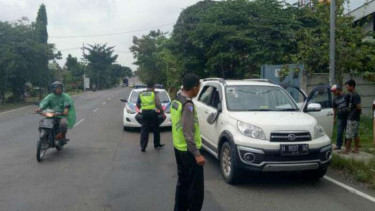 Mobil Daihatsu Terios diduga membawa dua tas mencurigakan dihentikan petugas Lalu Lintas Kepolisian Resor Tuban di jalur Pantai Utara Tuban-Semarang pada Sabtu, 8 April 2017.