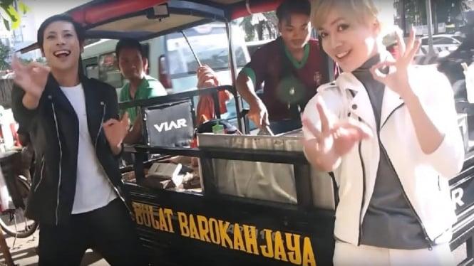 Raki Raki, duo komedian Jepang yang menyanyikan lagu tahu bulat