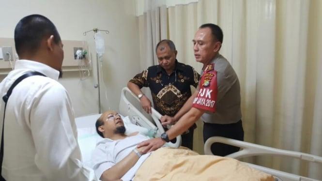 Komjen Irjen Iriawan saat masih jabat Kapolda Metero dan Ketua KPK Agus Rahardjo ketika menjenguk Novel Baswedan