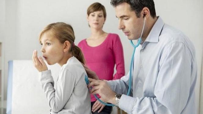 Ilustrasi anak mengalami paru-paru basah.