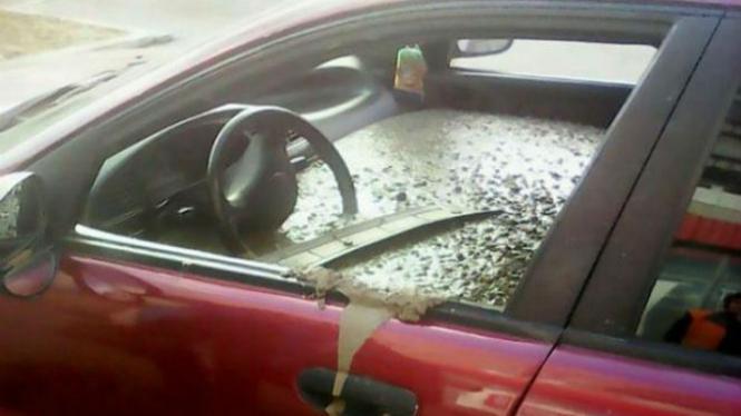 Mobil dipenuhi adukan semen beton.