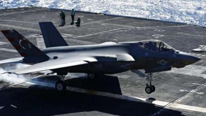 F-35 Joint Strike Fighter uji coba mendarat di atas kapal induk Gerald R Ford.