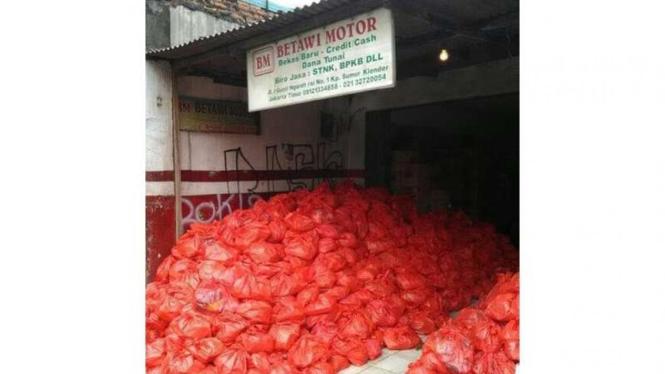 Tumpukan sembako milik tim sukses Ahok-Djarot yang akan dibagikan ke warga di kawasan Jakarta Timur, Jumat (14/4/2017)