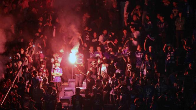 Aksi para suporter sepakbola di Stadion GBLA beberapa waktu lalu.