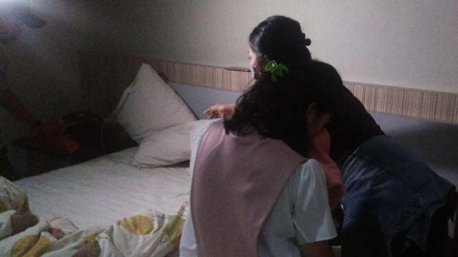 Petugas menggeledah kamar hotel yang dipakai pasangan kekasih.