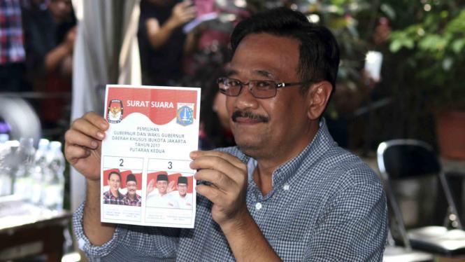 Djarot Saiful Hidayat saat mencoblos pada Pilkada DKI Jakarta putaran kedua.