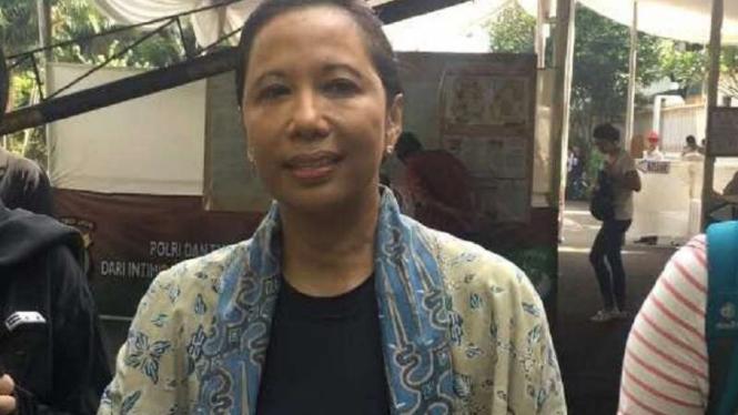 Menteri BUMN, Rini Soemarno ketika nyoblos di TPS 05 Setiabudi.