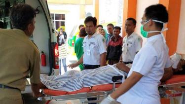 Seorang korban penembakan polisi usai kendaraannya menolak diperiksa surat-suratnya di Kota Lubuk Linggau Sumatera Selatan, Rabu (19/4/2017)
