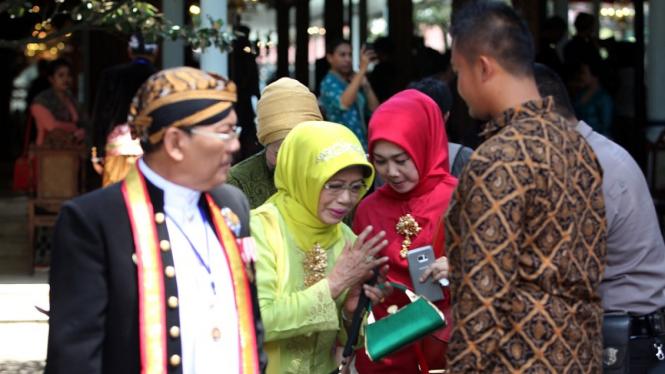 Ibunda Jokowi, Sujiatmi Notomoharjo menghadiri prosesi kenaikkan tahta Raja Solo