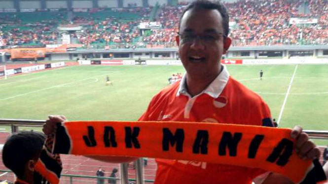 Anies Baswedan menyaksikan pertandingan Persija Jakarta