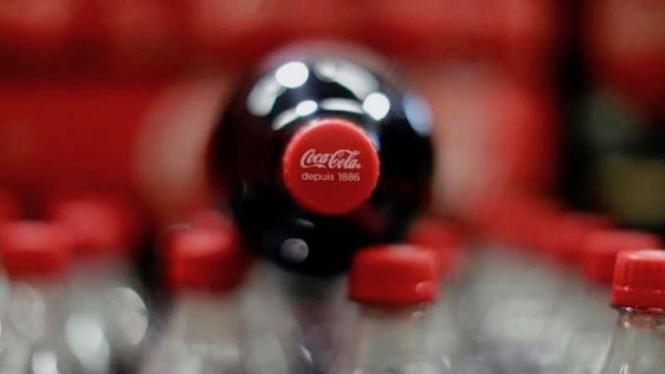 Botol minuman ringan Coca Cola.