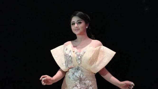 Dewi Perssik.