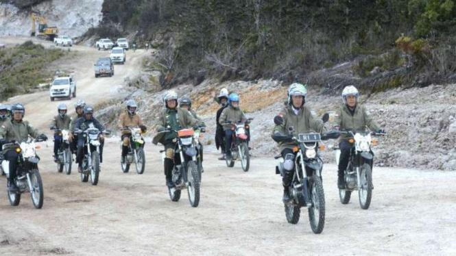 Presiden Jokowi meninjau pembangunan jalan Trans Papua dengan motor Trail