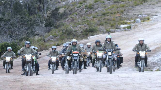 Presiden Jokowi saat meninjau pembangunan jalan Trans Papua dengan motor Trail