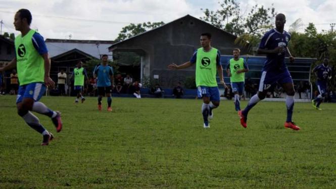 Pemain Persib Bandung berlatih.
